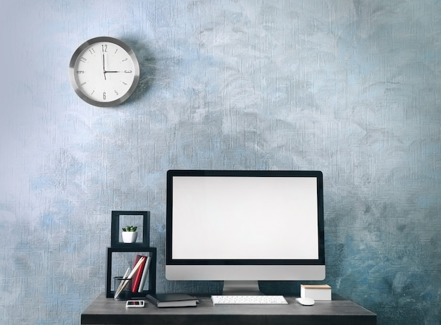 Рабочее место с компьютером на столе в современной комнате