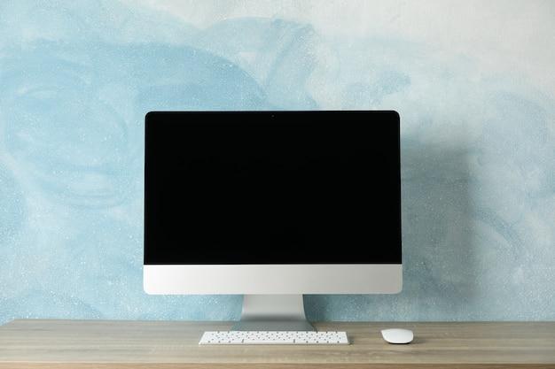 木製のテーブル、テキスト用のスペースにコンピューター画面のある職場