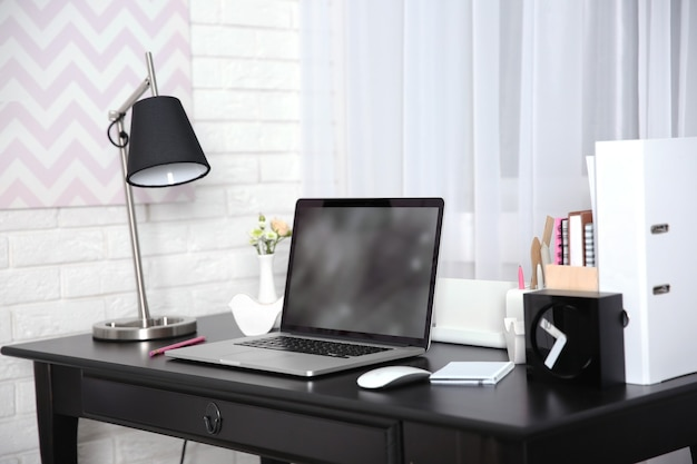 Рабочее место с ноутбуком на столе дома