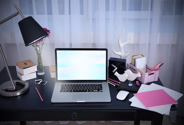 自宅のテーブルにノートパソコンを置いて職場