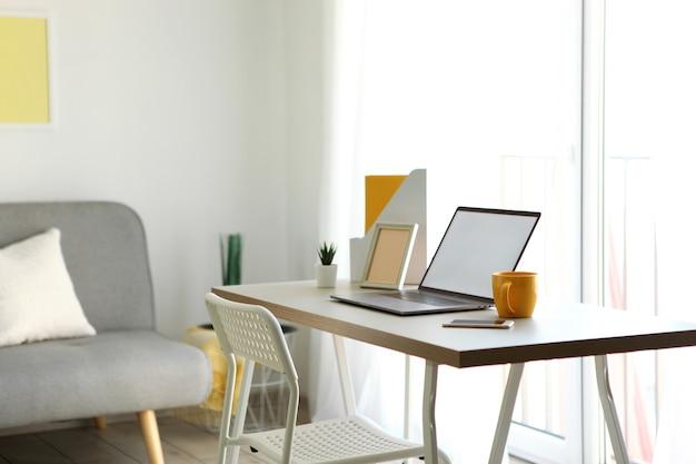 방 내부에 현대적인 노트북이 있는 직장