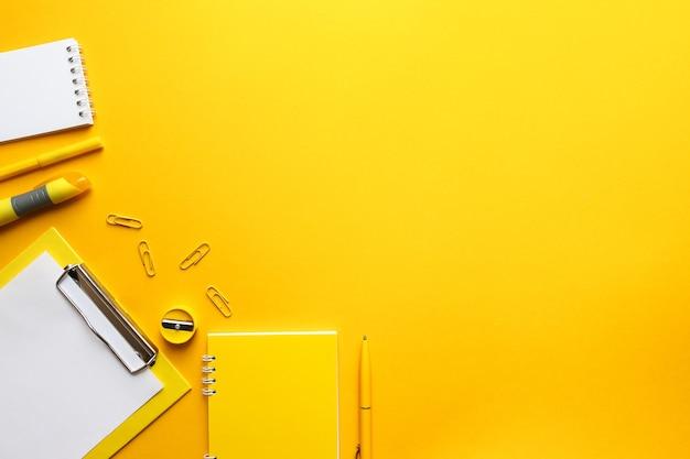 밝은 유행 노란색 배경에 사무 용품과 직장