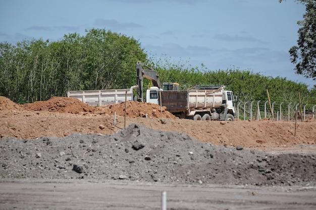 高速道路と土地にキューブバリアを備えた建設中の作品