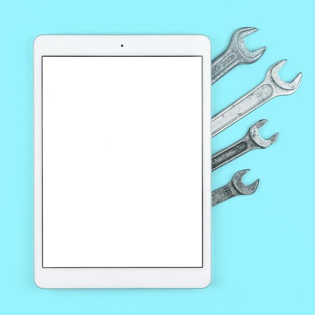 ワークショップのモックアップ画面、明るいオフィステーブルに空白の白い画面が付いたタブレット、上面図、フラットレイ、コピースペースの写真