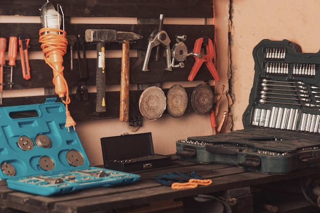 워크샵 장면. 테이블과 보드에 도구입니다. 차고, 자동차 가게. 특수 차량 수리 도구. 도구 상자 상자. 노즐, 스크루드라이버 및 자동 스위치