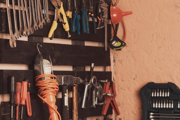 워크샵 장면. 테이블과 보드에 도구입니다. 차고, 자동차 가게. 특수 차량 수리 도구
