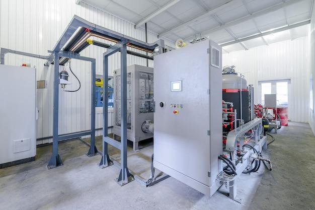 ポリウレタン製造用の容器とタンクを使ったワークショップ。ポリウレタン技術