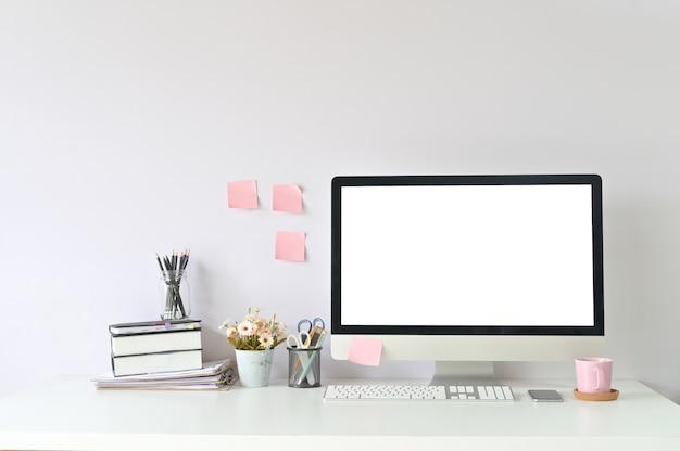 Компьютер рабочей области и канцелярские товары на рабочем месте офиса с дисплеем компьютера пк модель-макета пустым.