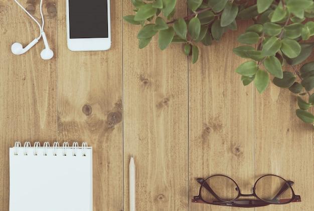 ワークスペース、コンピューター、木製のテーブル、上面のスマートフォン Premium写真