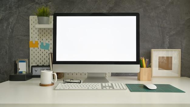 작업 영역 컴퓨터, 연필, 다락방 벽과 테이블에 페그 보드 커피.