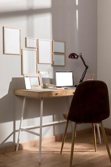 Superficie della scrivania dell'area di lavoro con laptop e sedia