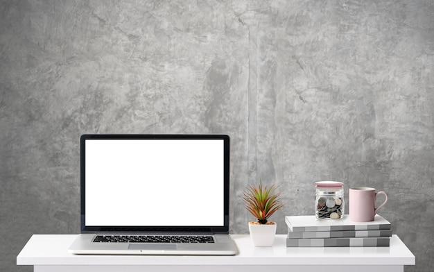 노트북, 책, 커피 잔 및 유리 항아리와 작업 공간 책상