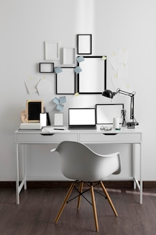 Рабочий стол с ноутбуком и стулом