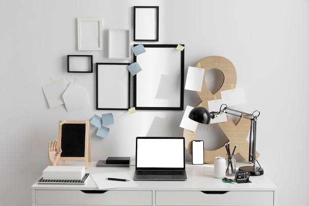 Scrivania da lavoro con dispositivo portatile e lampada