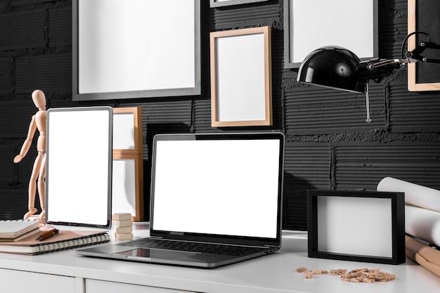 Scrivania da lavoro con laptop e cornici