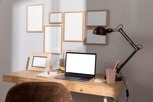 Рабочий стол с ноутбуком, лампой и стулом