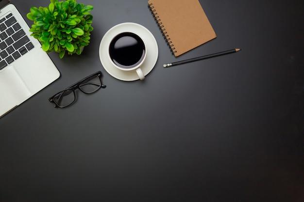 Рабочее пространство - плоский вид сверху иллюстрации рабочего места с чашкой кофе и записной книжкой на черной поверхности стола, концепция офисного стола.