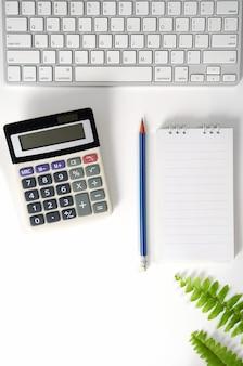 키보드 계산기 노트북 및 소모품 플랫 레이가 있는 흰색 테이블 작업을 위한 작업 공간