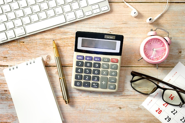 Рабочее место для рабочего деревянного стола с клавиатурой, калькулятором, часами и принадлежностями плоская планировка