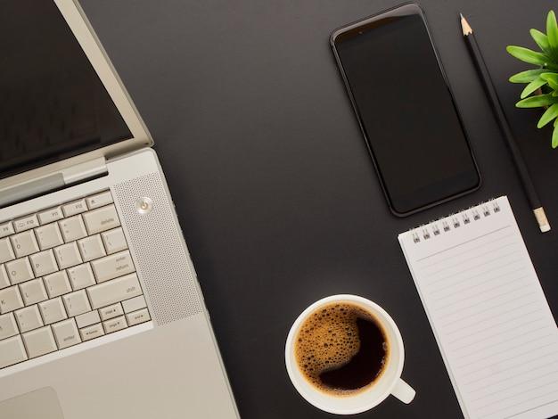 Рабочая область макет с ноутбуком, смартфон.