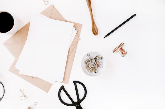 깨끗한 종이, 커피, 공예 봉투, 가위, 사무용품이있는 작업 공간
