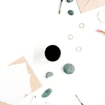 커피, 공예 봉투, 돌, 헤드폰 및 흰색 표면에 빈 종이 작업 공간