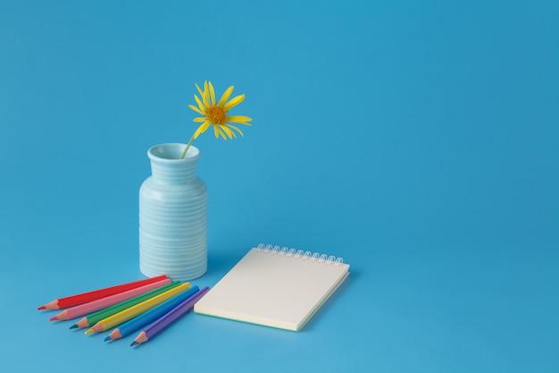 色鉛筆とノートを備えたワークスペース