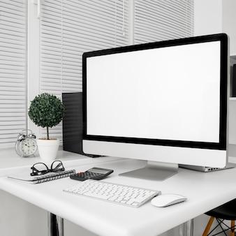 컴퓨터 화면과 키보드가있는 작업 공간