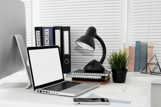 컴퓨터 화면과 노트북이있는 작업 공간