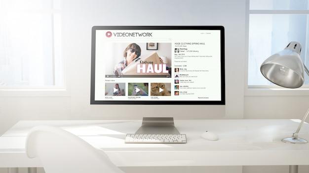 Рабочая область с экраном компьютера, показывая vlog