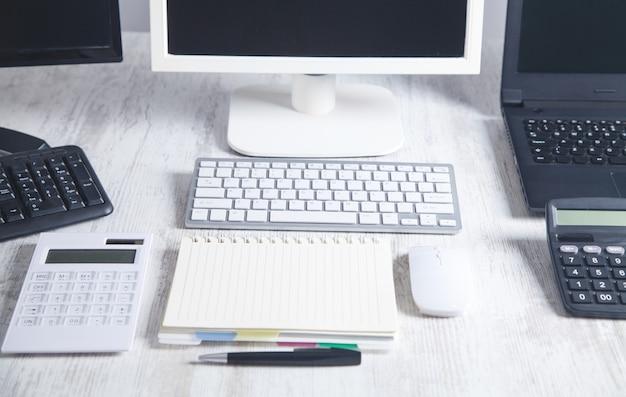 컴퓨터가있는 작업 공간. 책상 작업 개념