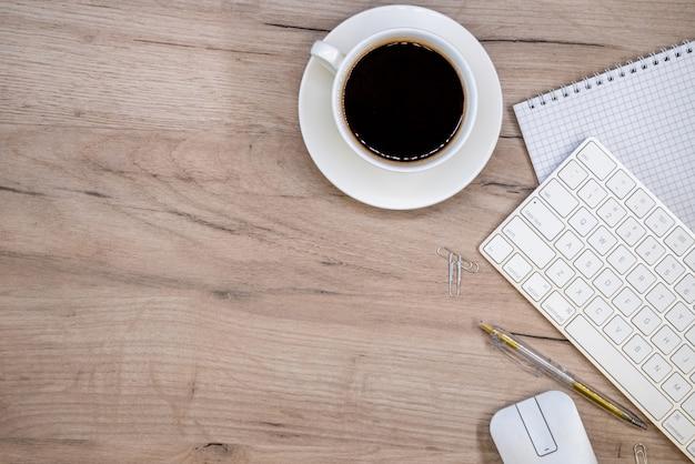 Рабочее пространство с канцелярскими принадлежностями и чашкой кофе