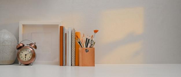 Рабочее пространство с канцелярскими принадлежностями, украшениями и копией пространства в домашнем офисе