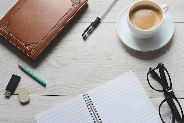 Рабочее пространство с принадлежностями и кофе