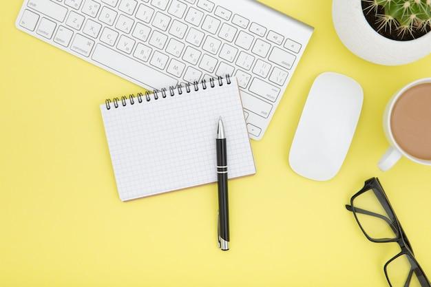 태블릿, 키보드, 커피 컵 및 안경이있는 작업 공간
