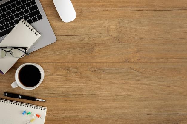 Плоская планировка, вид сверху деревянный рабочий стол workspace