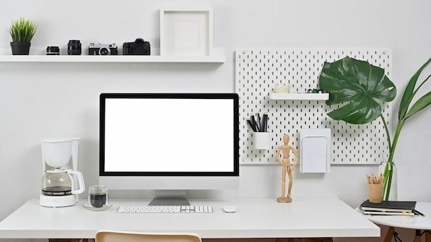 Workspace фотография компьютер, камера, объектив и кофемашина на креативный стол.