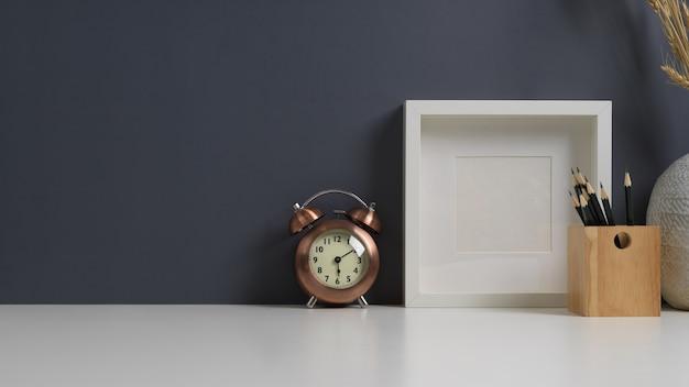 편지지가있는 작업 테이블, 프레임, 알람 시계 및 홈 오피스의 복사 공간 모의