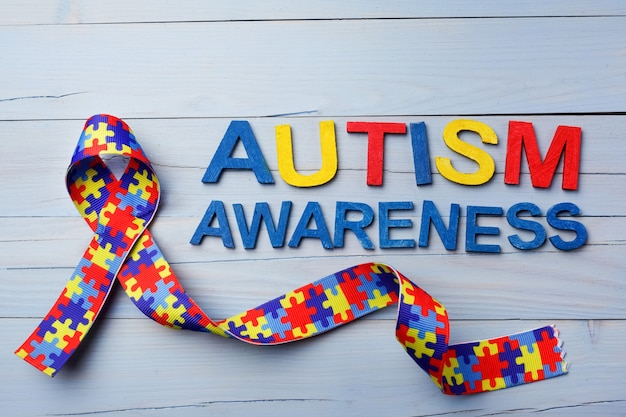 퍼즐 패턴 리본으로 세계 자폐증 인식