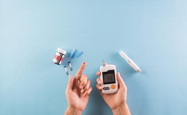 Осведомленность о всемирном дне диабета. диабетик измеряет уровень глюкозы в крови