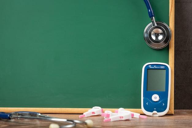 Всемирный день борьбы с диабетом; медицинское оборудование перед доской