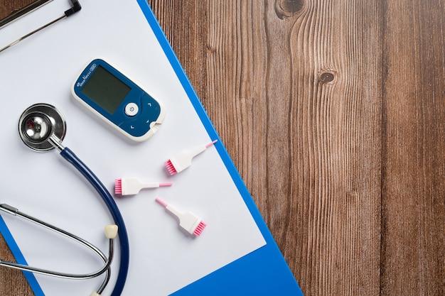 Всемирный день диабета; медицинское оборудование на деревянном полу