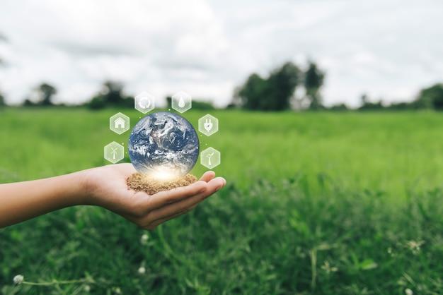地球儀を手に持つ世界環境デーの手nasaから提供されたこの画像の要素