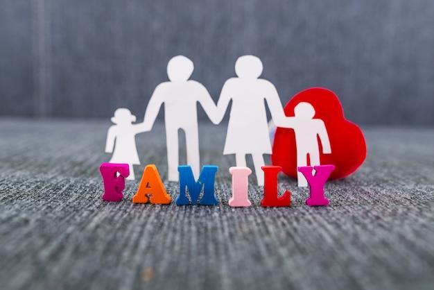 세계 가족의 날입니다. 가족과 붉은 마음의 파란색 배경 실루엣.