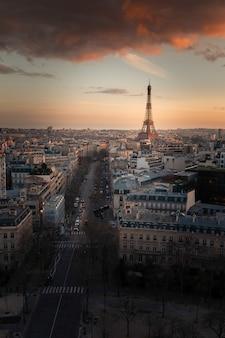 フランス、パリの市内中心部にある凱旋門(凱旋門)の上部の屋根から見た世界的に有名なエッフェル塔。