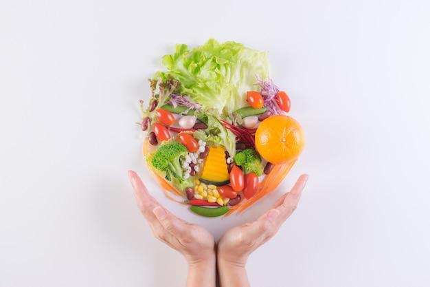 世界食料デー、ベジタリアンデー、ビーガンデー。新鮮な野菜、白い背景の上の果物の上面図。