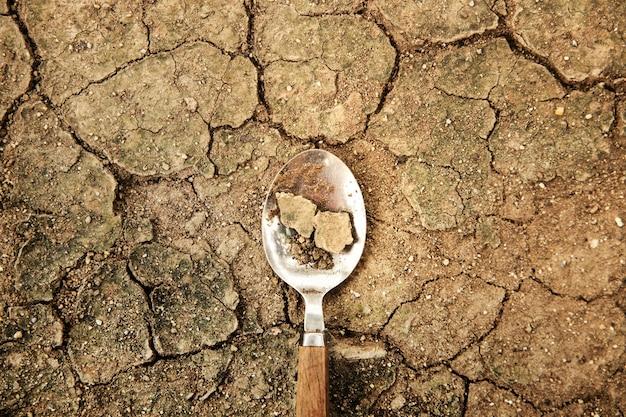 세계 식량 문제 개념입니다. 환경 적 영향. 농산물 생산의 글로벌 이슈. 금이 간 토양, 사막화, 물, 오염, 에너지 및 기후 변화