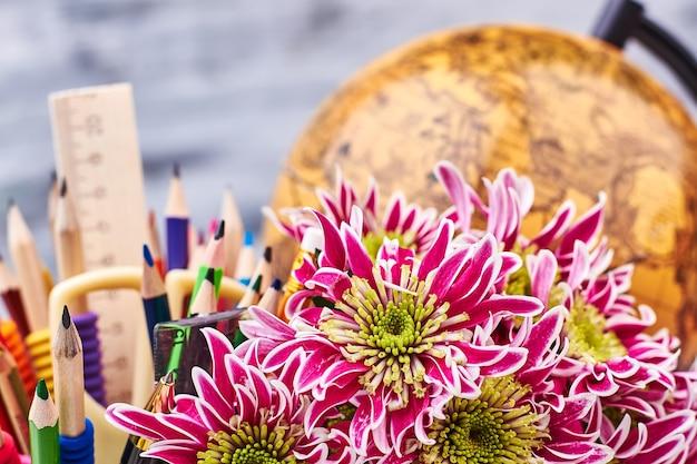 세계 글로브, 편지지 및 꽃입니다. 여행의 세계에서.