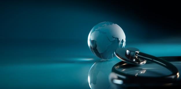 세계 보건의 날. 글로벌 건강 관리 개념. 투명 유리 글로브와 청진 기 파란색 배경에 누워. 현대 및 디지털 기술 색조. 넓고 긴 크기