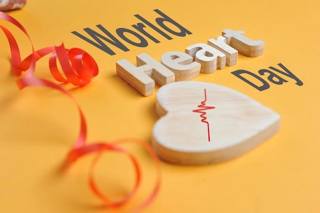 세계 심장의 날 개념 모양 심장 기호 및 나무에서 만든 심장 텍스트